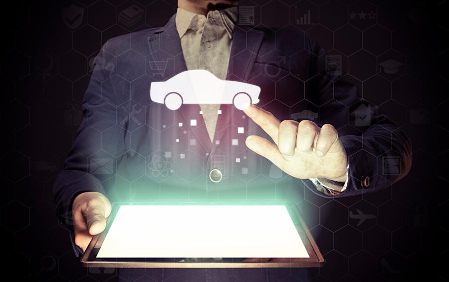 Ein Mann hält ein leuchtendes Tablet in der Hand, ein illustriertes Auto schwebt in der Luft, er berührt es mit dem Finger