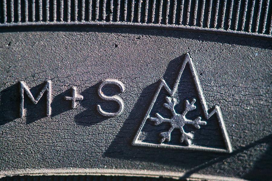 Nahaufnahme des M+S und Alpine-Symbols auf einem Winterreifen