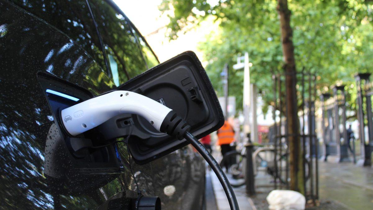 Elektroauto wird an Ladestation geladen
