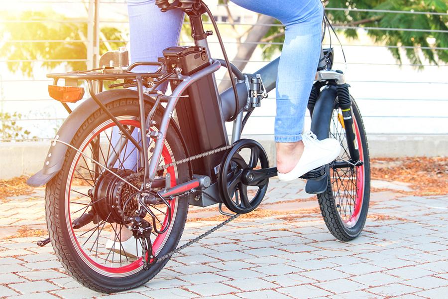Eine Frau tritt in die Pedale eines E-Bikes