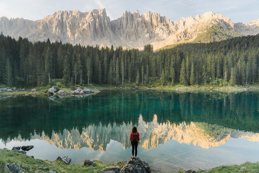 Frau schaut auf Bergsee