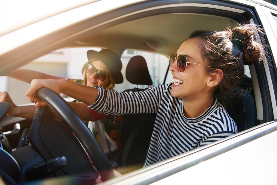 Zwei Freundinnen im Auto unterwegs