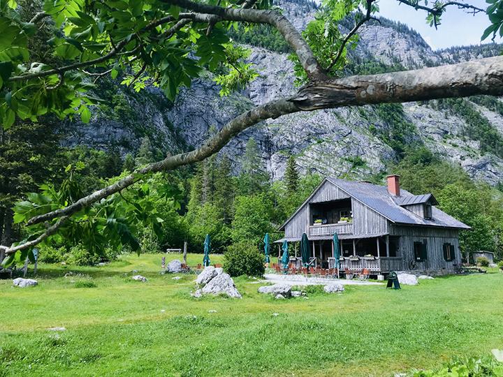 """Hütte in einer Wiesen- und Berglandschaft, bekannt als die """"James-Bond-Hütte"""""""