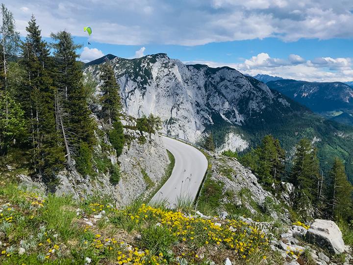 Panoramastraße die sich durch die Berglandschaft schlängelt