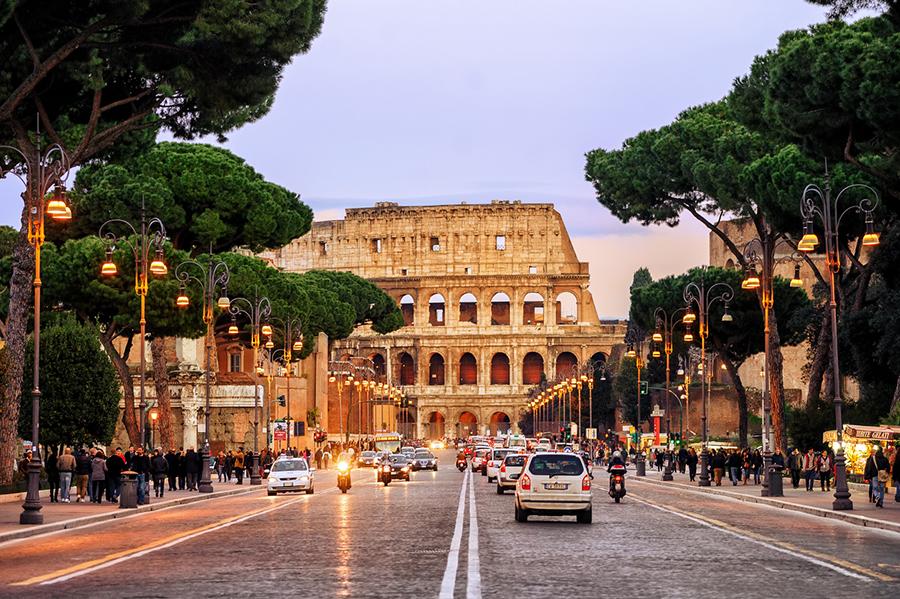 Blick auf die Straße vor dem Kolosseum in Rom