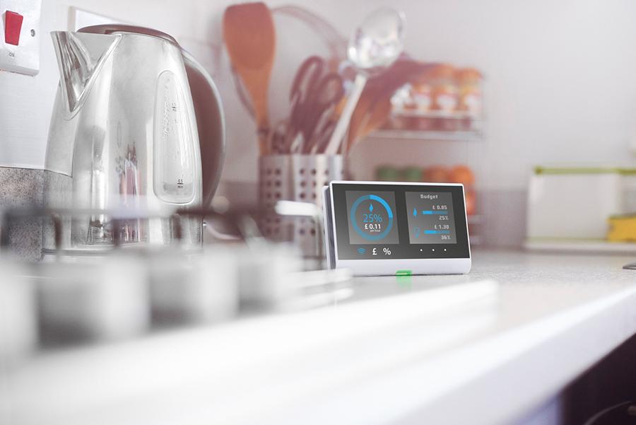 Blick auf Küchenanrichte: Wasserkocher, Kochlöffel und digitale Messstation