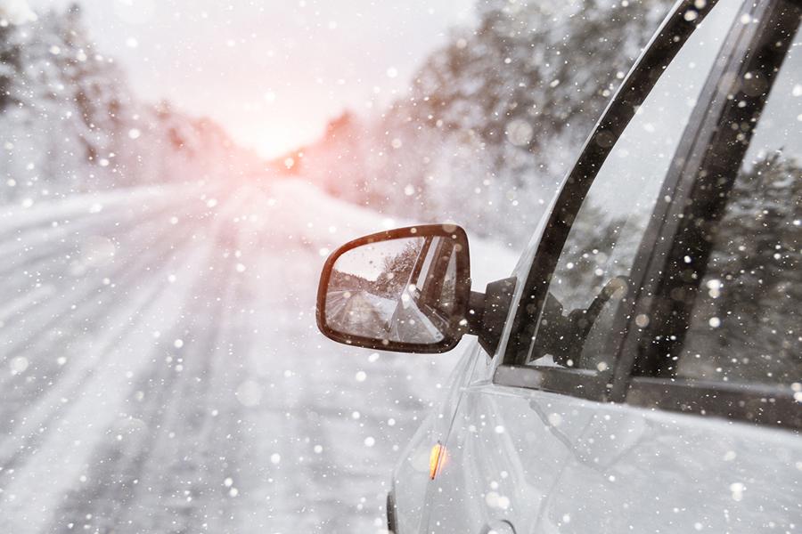 Auto unterwegs auf vereister Straße im Winter