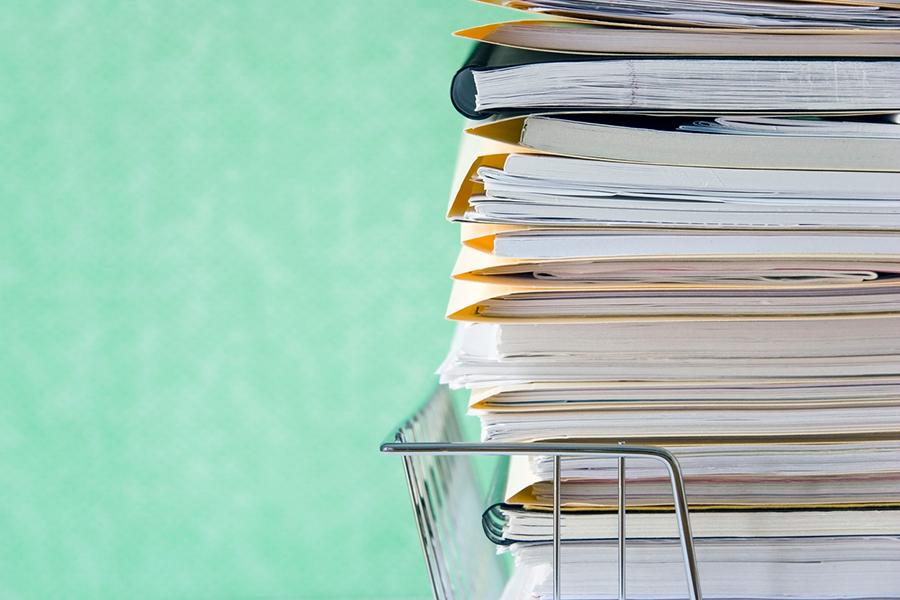 Aktenablage voller Papier und Unterlagen