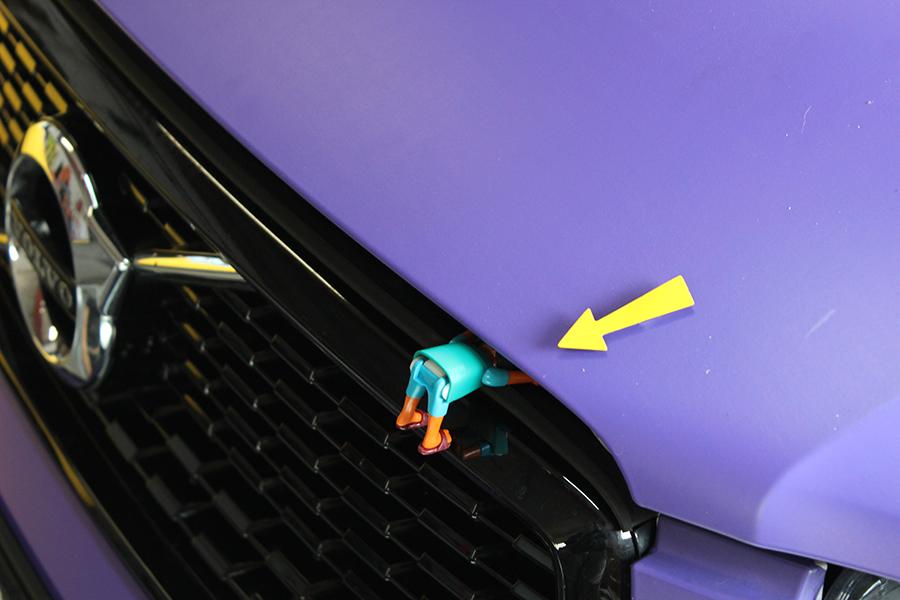 Playmobil steckt in fast geöffneter Motorhaube
