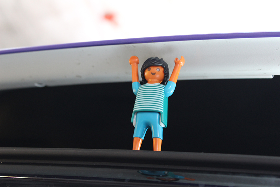 Playmobilmännchen drückt Motorhaube nach oben