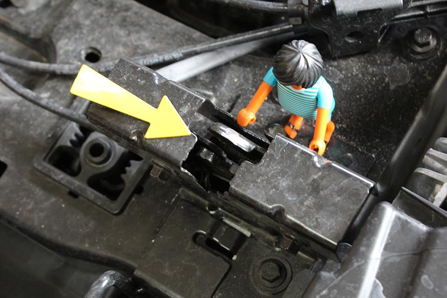 Entriegelung der Motorhaube mit Pfeil, der darauf zeigt