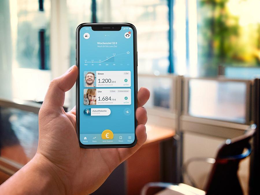 Hand mit Smartphone, auf dem Screen ist die App Monkee zu sehen