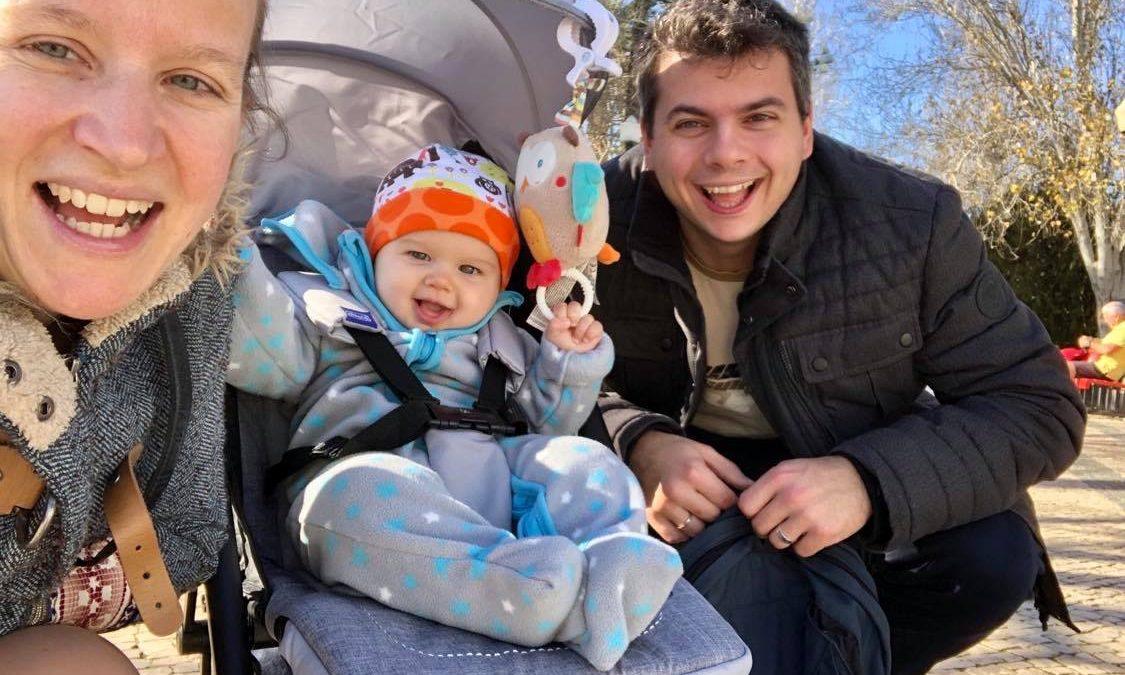 Selfie von Mutter, Vater und einem Baby im Kinderwagen