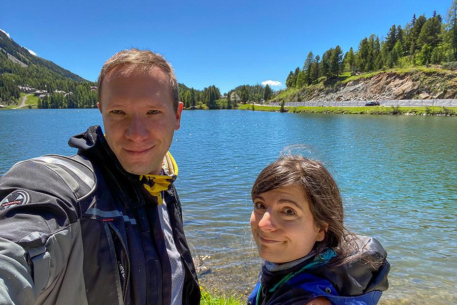 Selfie von Reisebloggern Florian und Corinna vor einem Bergsee